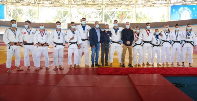 הג'ודאים עם שר הספורט חילי טרופר (איציק בלניצקי)