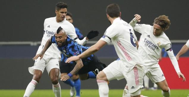 וידאל מוקף בשחקני ריאל מדריד (רויטרס)