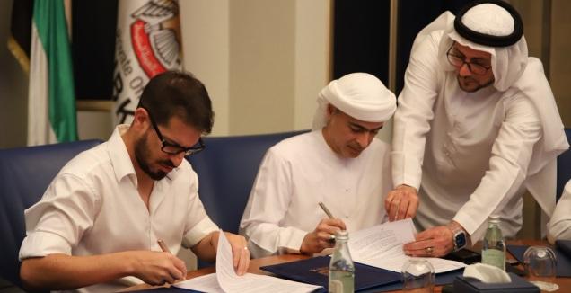 משה חוגג והשייח חאמד בן ח'ליפה במעמד החתימה (האתר הרשמי של בית&qout;ר י-ם)