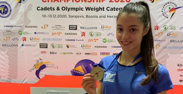 אבישג סמברג עם המדליה (התאחדות הטאקוונדו בישראל)