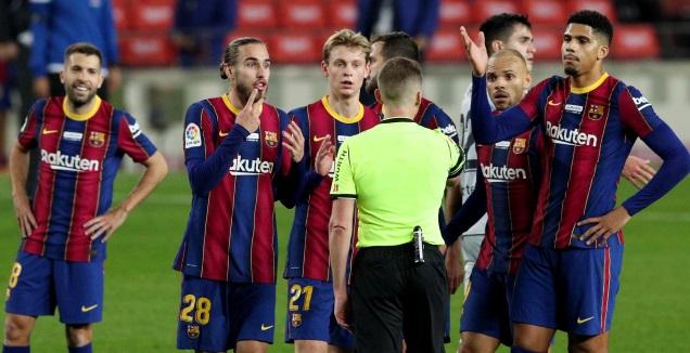 שחקני ברצלונה באים בטענות לשופט (רויטרס)