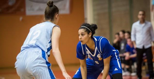 טל לב עם הכדור (מנהלת הליגות לכדורסל נשים)