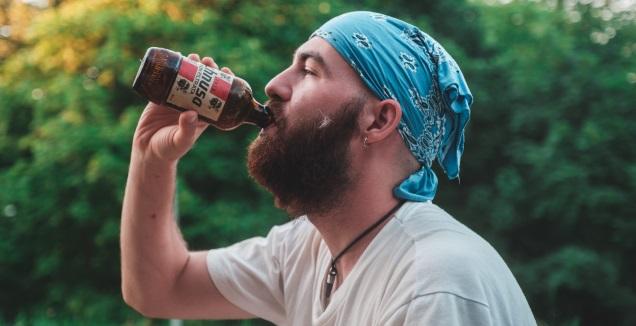 אז לשתות או לא לשתות? (Photo by Roberto Marsanasco on Unsplash)