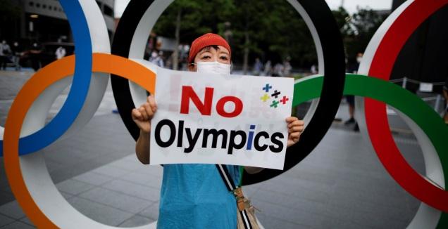 אזרחית יפנית נגד קיום המשחקים בטוקיו (רויטרס)