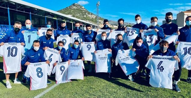 החולצות ששלחה ריאל מדריד לשחקני אלקויאנו (האתר הרשמי של אלקויאנו)