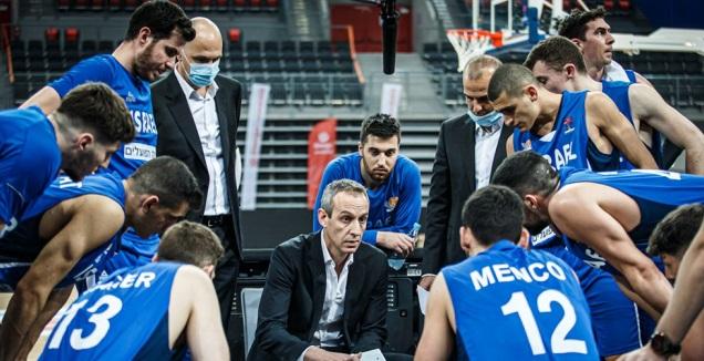 עודד קטש עם שחקני נבחרת ישראל (FIBA.COM) (מערכת ONE)