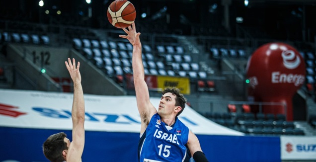 ג'ייק כהן עולה לסל (FIBA.COM)