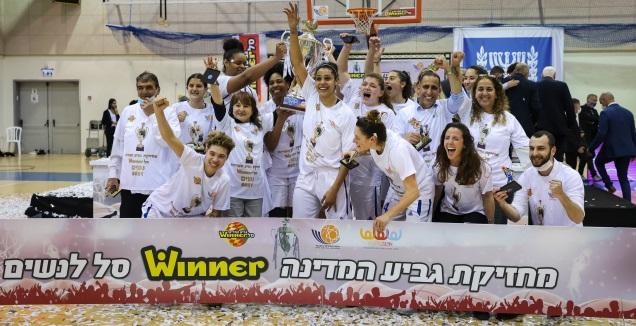 שחקניות מכבי עירוני רמת גן עם הגביע (איציק בלניצקי)