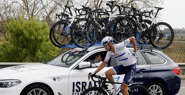 אלוף ישראל עומר גולדשטיין מגיע למכונית הקבוצה במהלך המירוץ לקבל מצות ומים (צילום: בטיני פוטו)