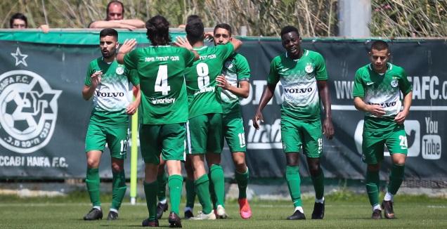 שחקני הנוער של מכבי חיפה חוגגים (רדאד ג'בארה)