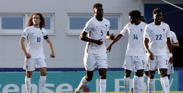 שחקני נבחרת צרפת חוגגים עם מתאו גנדוזי (רויטרס)