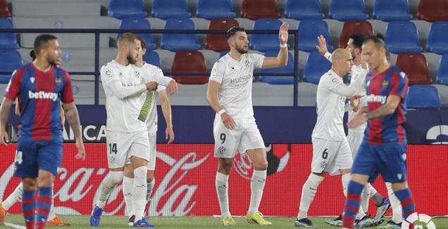 רפא מיר ושחקני הואסקה חוגגים (La Liga)