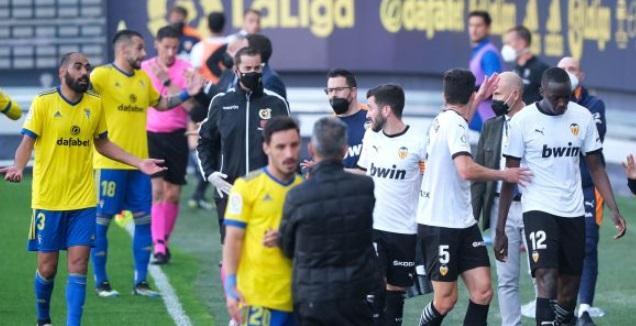 מוחטאר דיאקבי ושחקני ולנסיה יורדים מהמגרש (La Liga)