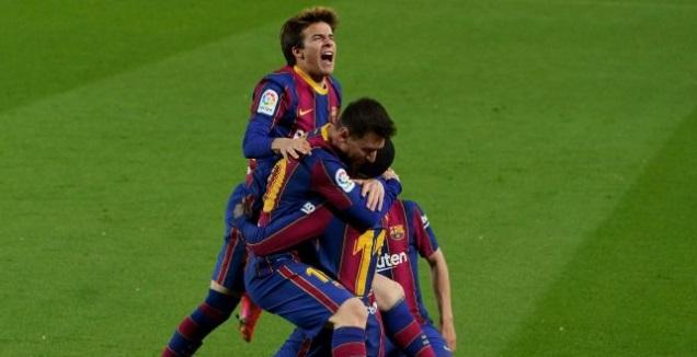 ליאו מסי ושחקני ברצלונה חוגגים עם דמבלה (La Liga)
