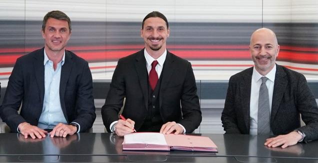זלאטן חותם על החוזה במשרדי מילאן (האתר הרשמי של מילאן)