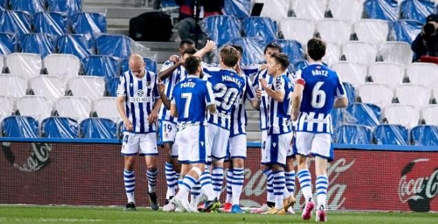 שחקני סוסיאדד חוגגים עם עדנאן יאנוזאי (La Liga)