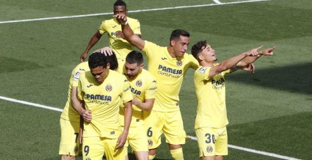 פינה ושחקני ויאריאל חוגגים (La Liga)