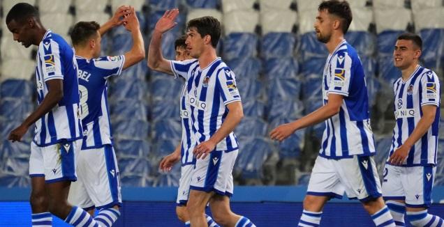 שחקני סוסיאדד חוגגים עם אריץ אלוסטונדו (La Liga)