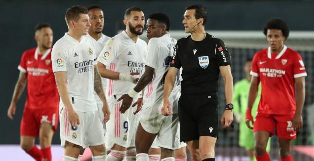 שחקני ריאל מדריד מקיפים את השופט (רויטרס)