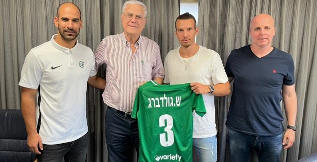 שון גולדברג במעמד החתימה (האתר הרשמי של מכבי חיפה)