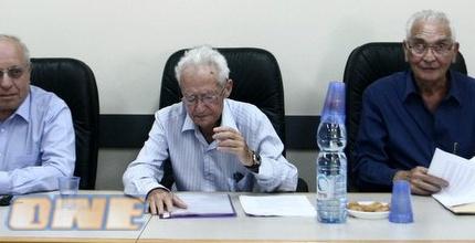 שאול אלוני (במרכז). נחשב לשופט בעל מוח חריף