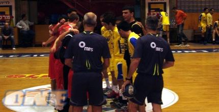 שתי הקבוצות טרם המשחק. בסיום הצהובים חגגו (דין אלמס)