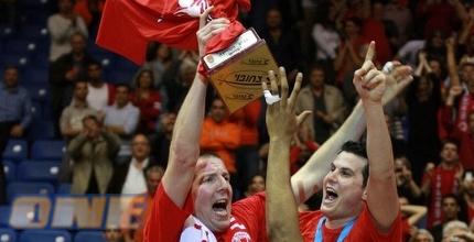 שחקני ירושלים מניפים את הגביע (ניר בוקסנבאום)