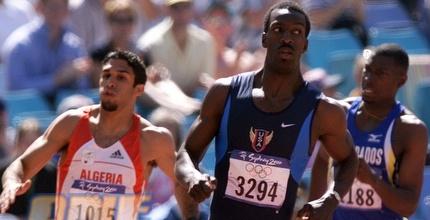 מייקל ג'ונסון באולימפיאדת סידני. מחזיר את המדליה מהשליחים (רויטרס)