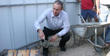 ראש העיר, שמעון לנקרי, מניח את האבן (עמית מצפה)