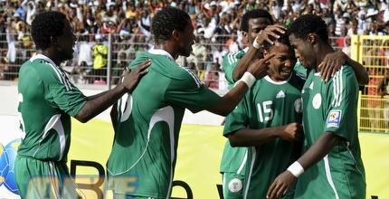 שחקני ניגריה מברכים את אובינה (רויטרס)