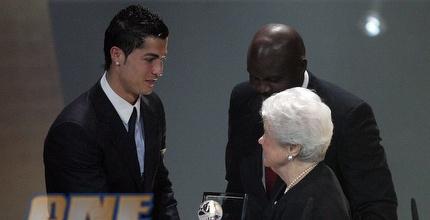 רונאלדו מקבל את הפרס על שער השנה (רויטרס)