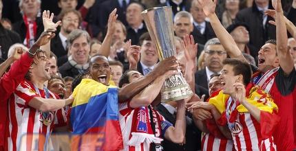 שחקני אתלטיקו מניפים את הגביע (רויטרס)