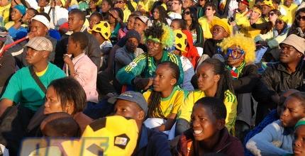 אוהדי דרום אפריקה צופים בלהט במשחק (שי לוי)