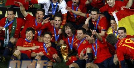 נבחרת ספרד חוגגת עם הגביע העולמי (רויטרס)