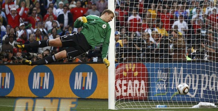 נוייר מסתכל על הכדור עובר את קו השער (רויטרס)