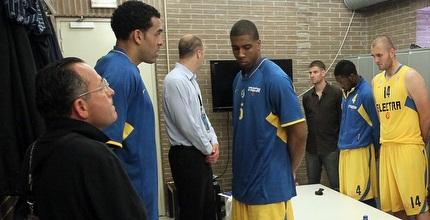 שחקני מכבי עומדים בדקת הדומיה (האתר הרשמי של מכבי)