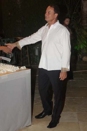 אלי כהן לוחץ ידיים למכרים