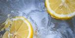 האם הוספת לימון למים תוביל לשריפת שומנים?