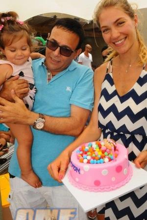 צעיר מתחם סי אנד סאן בטירוף : רוני מאנה חוגג ליורשת אמילי יום הולדת שנה UT-87