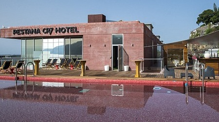 בית מלון על שמו... הבחור מאוהב בעצמו