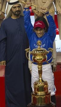 סילבסטרה דה סוזה מניף את גביע שאראגר (רויטרס)