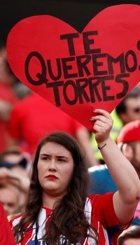 אוהדת של אתלטיקו עם שלט לטורס (רויטרס)
