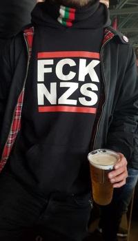 אוהדי אוגסבורג עם חולצה נגד נאצים (דניאל גרון)