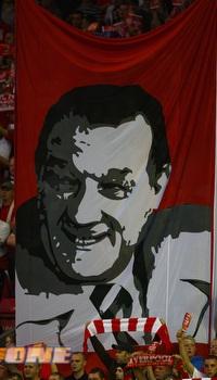 שלט ענק של בוב פייסלי ביציעי הקופ (רויטרס)