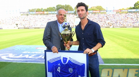 אריק בנאדו עם אבי לוזון, החולצה והגביע (שי לוי)
