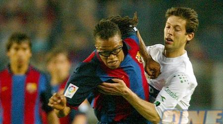 עומרי אפק מנסה לעצור את דווידס במדי ברצלונה (רויטרס)