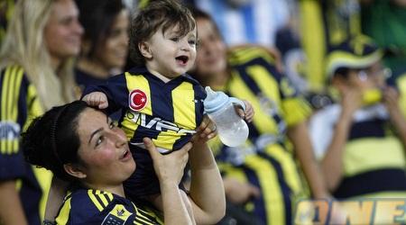 ילדים ונשים ביציע פנרבחצ'ה. בטורקיה זה נראה אחרת (רויטרס)