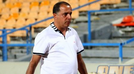 """עמוס לוזון יורד כעוס מהמגרש לאחר המשחק מול רמה""""ש (יניב גונן)"""