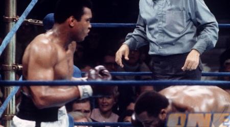 פרייזר בעוד אחד מהקרבות שלו מול עלי ב-1974 (GettyImages)
