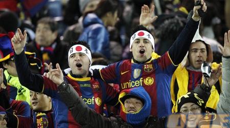 אוהדי ברצלונה מאושרים ביפן (רויטרס)